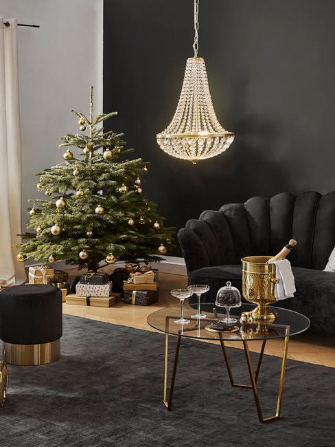 Wnętrze salonu z czarną ściana, sofa i krzesłem oraz choinka
