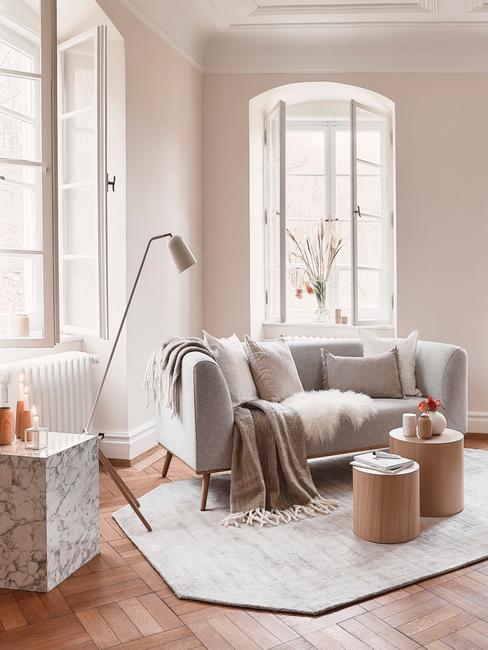 Stojací lampa v obýváku ve skandinávském stylu