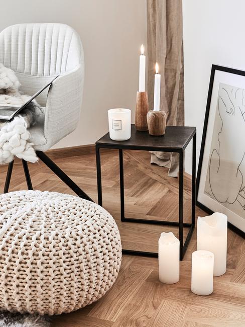 Svíčky v obýváku ve skandinávském stylu