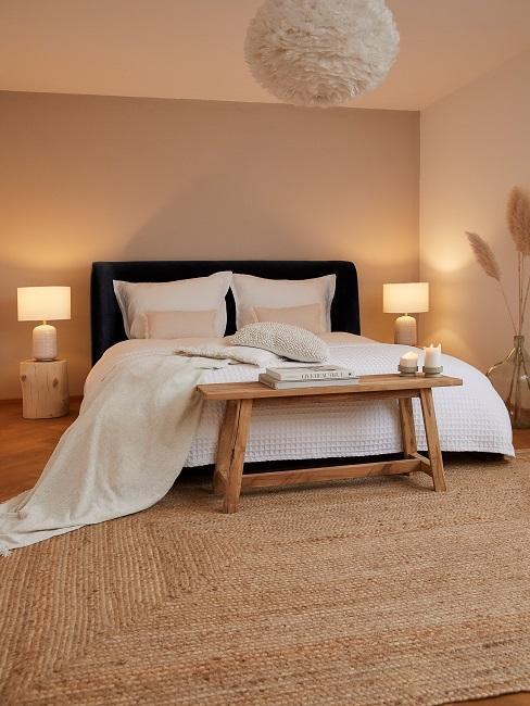 Bílá ložnice s prvku dřeva