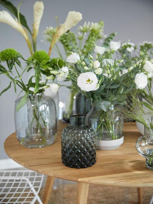 květiny ve váze na stole