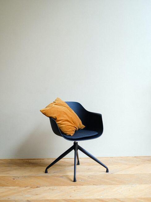 židle na dřevěné podlaze