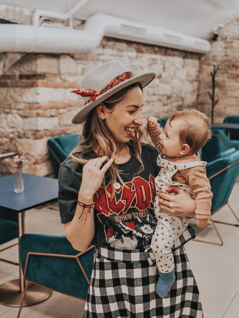 Rebeka se svým dítětem