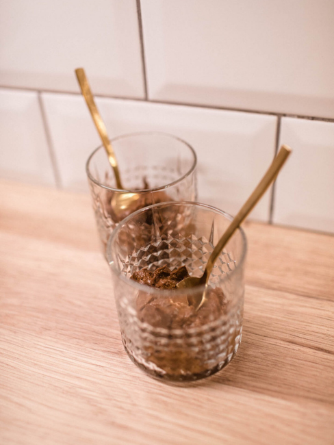 Dvě skleničky na jídelní lince