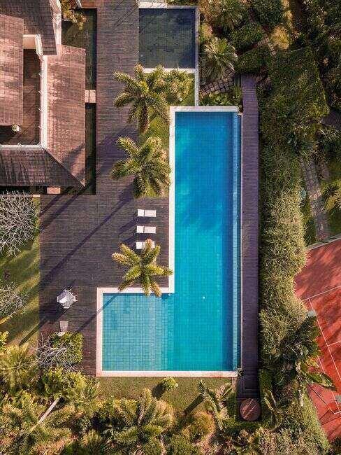 Zahrada s luxusním bazenem