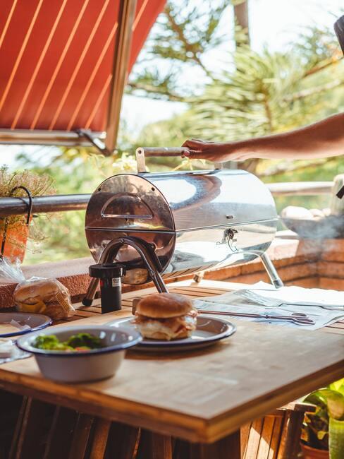 Grilování a venkovní kuchyně na zahradě