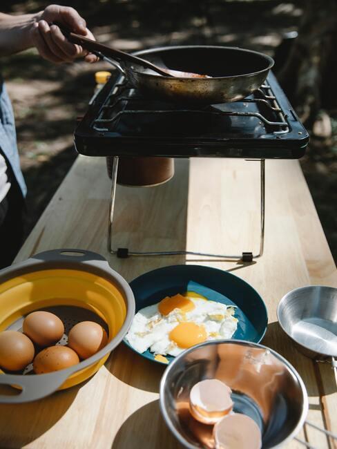 ranní snídaně v zahradní kuchyni
