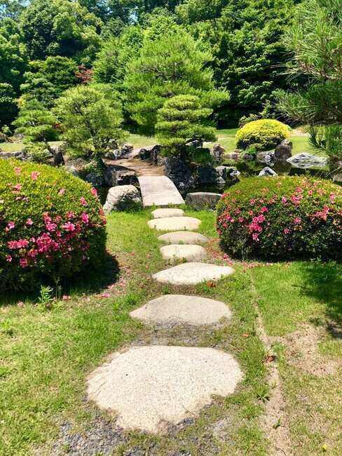 Kamenná cesta k mostu v japonské zahradě