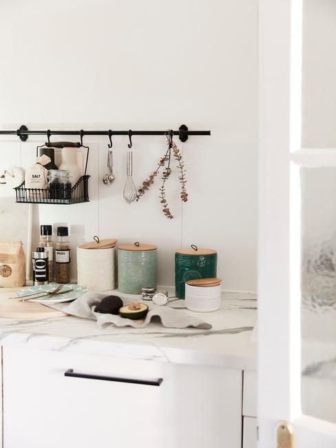 Mramorova-deska-v-kuchyni-scandi