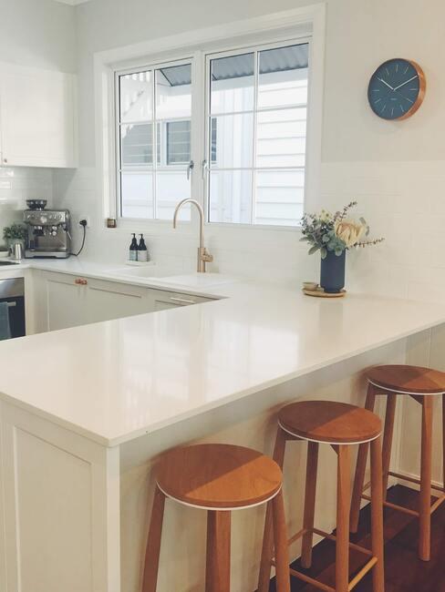 světlá kuchyňská linka s oknem