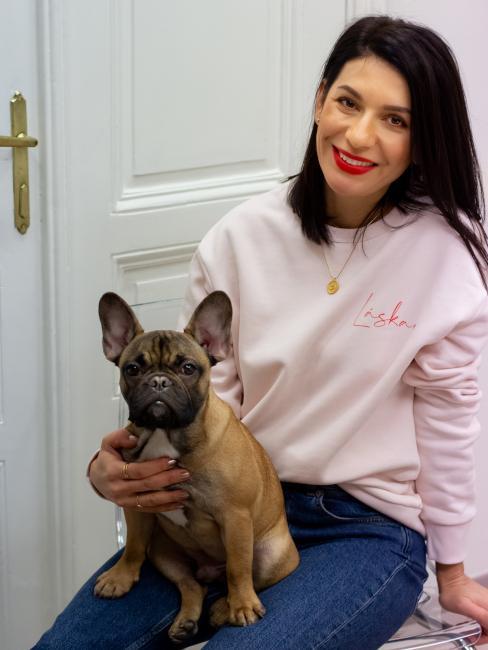 Autorka blogu, která sedí se psem