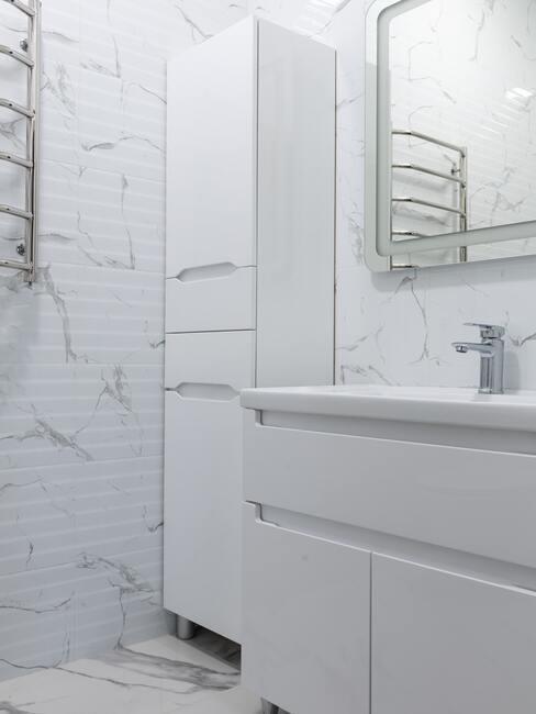 bílá skříňka v koupelně