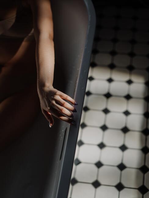 černá koupelna