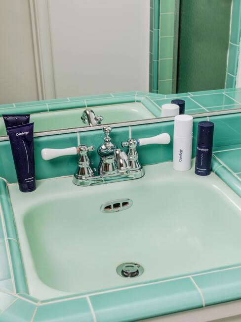 umývadlo v pastelových barvách