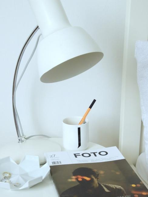 časopis a lampa