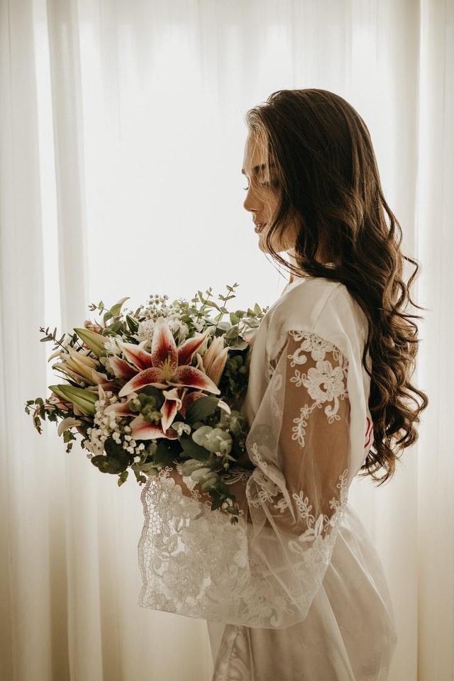 Zkuste si vybrat svatební šaty s kyticí