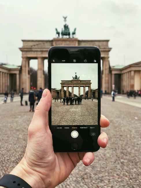 Braniborská brána Braniborská bránaje jednou znejvýraznějších monumentů Berlína. Brána, která byla v18. století postavená jako znak míru ve 20. představovala naopak rozdělení. Dnes skrze ni projdou desetitisíce turistů každý den, před pár desítkami let jen vyvolení.