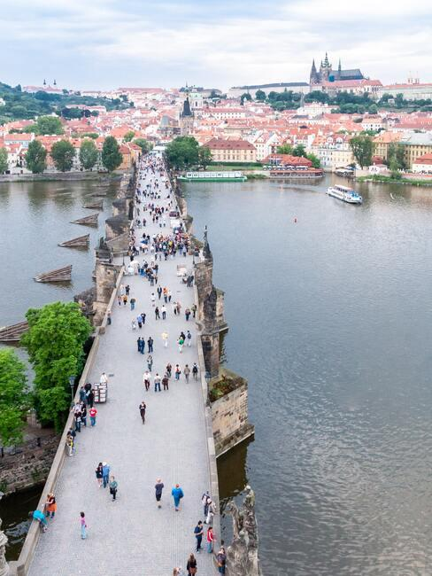 Karlův most Jeden znejkrásnějších pohledů na Prahu je znáplavky u Vltavy nebo rovnou zmostů. A tenzKarlova mostuje neobyčejně pozoruhodný.Na jeho konci vás pak čeká jedna znejkrásnějších gotických staveb vEvropě:Staroměstská věž.