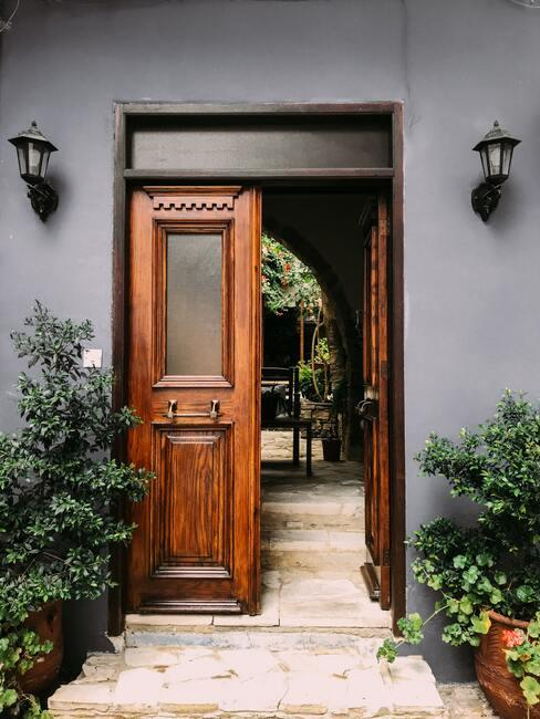 vchodové dveře do domu