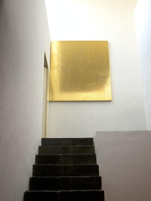 Elegantní schody nabarvené na tmavou barvu