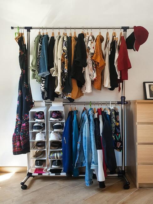 jak zorganizovat šatní skříň