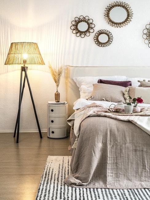 1 Zimmer Wohnung einrichten Bett, Nachttisch, Wanddeko und leuchtende Lampe