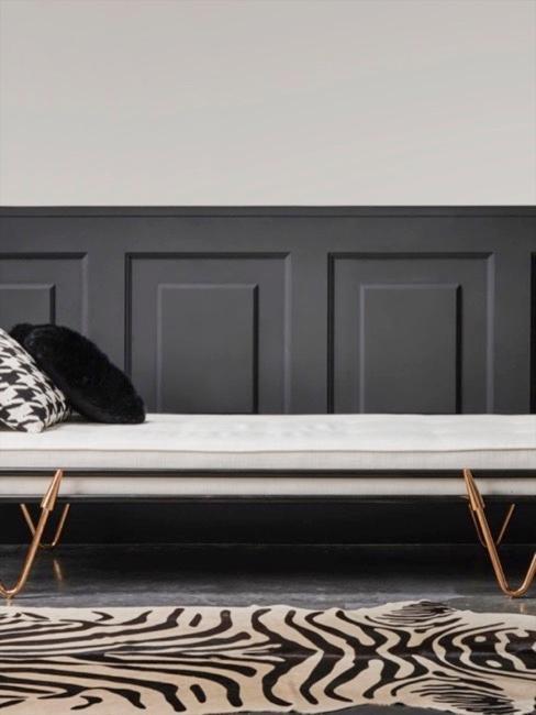 Banquette blanche dans une chambre à mur gris et tapis zèbre