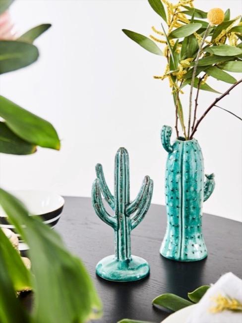 Planten in een cactus vaas voor witte muur