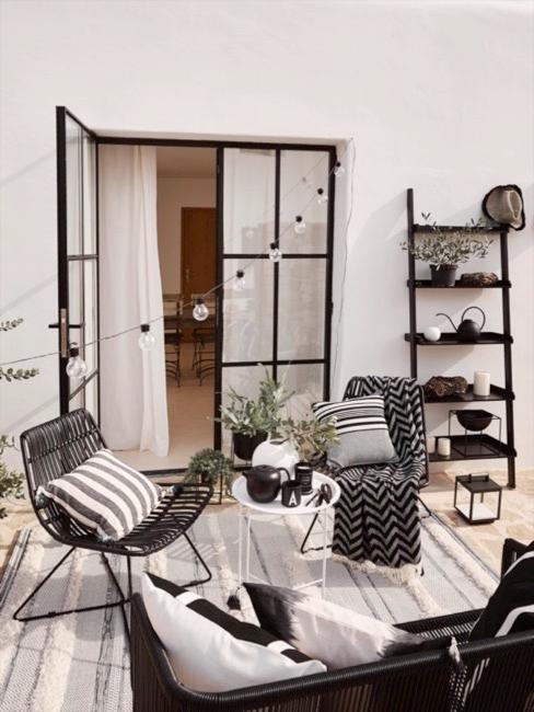 Terrasse mit Liv Teppich und weiteren modern-cleanen Terrassenmöbeln