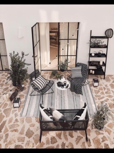 Terrasse von oben fotografiert mit Liv Teppich und weiteren Terrassenmöbeln