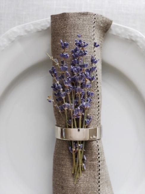Wit bord met lavendel in linnen servet