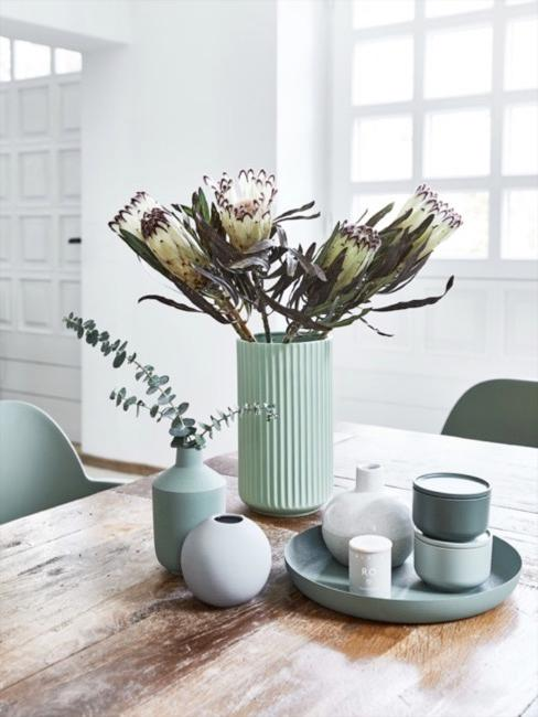 Verschieden große Vasen in salbeigrün Tönen neben Tablett und Dosen in Dusty Green