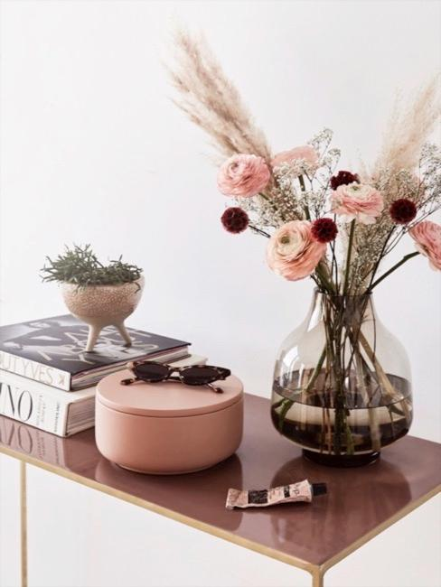 console avec lunettes de soleil en écaille de tortue, boîte de décoration et bouquet de fleurs
