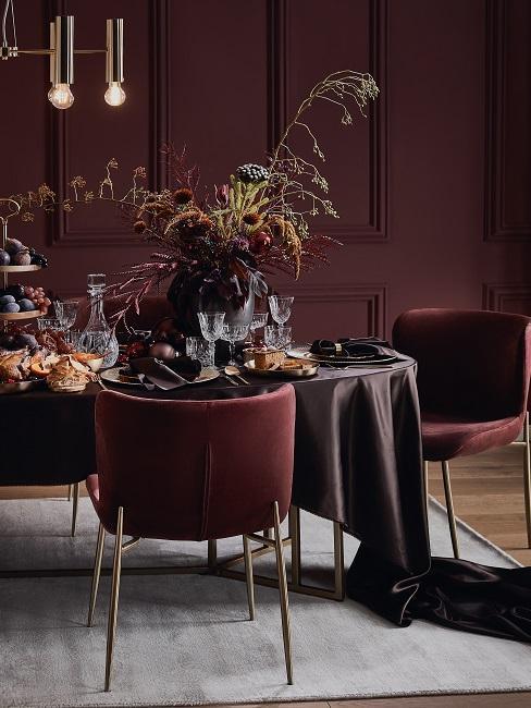 herbstliche Tischdeko in Bordeaux- und Brauntönen