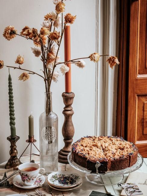 Herbstliche Tischdeko mit Kerzen, Trockeblumen und Kuchenplatte
