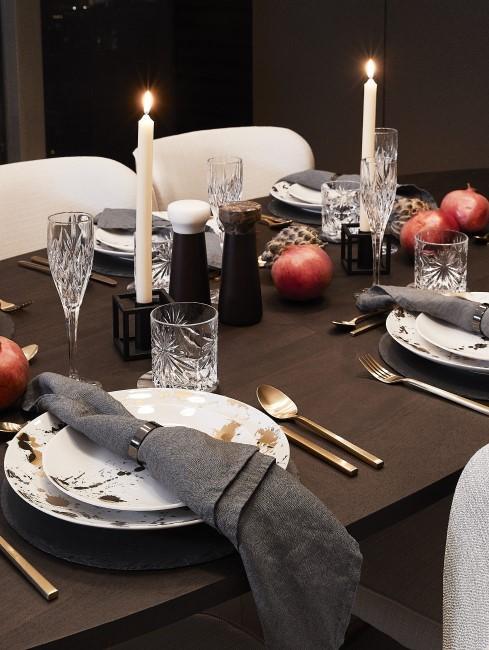 minimalistische herbstliche Tischdeko mit Granatäpfeln