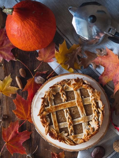 Herbstliche Tischdeko aus Naturmaterialien mit Kuchen und Kaffee