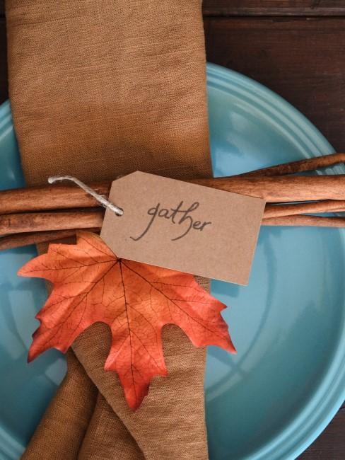 Herbstliche Tischdeko mit Blatt und Serviette
