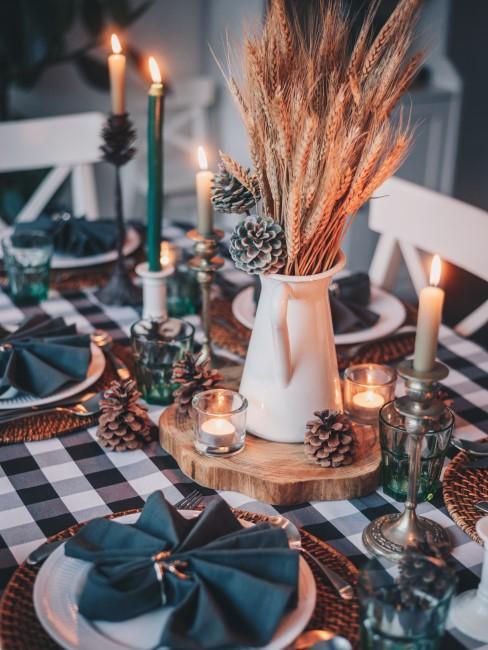 Herbstliche Tischdeko mit Ähren, Zapfen und Kerzen