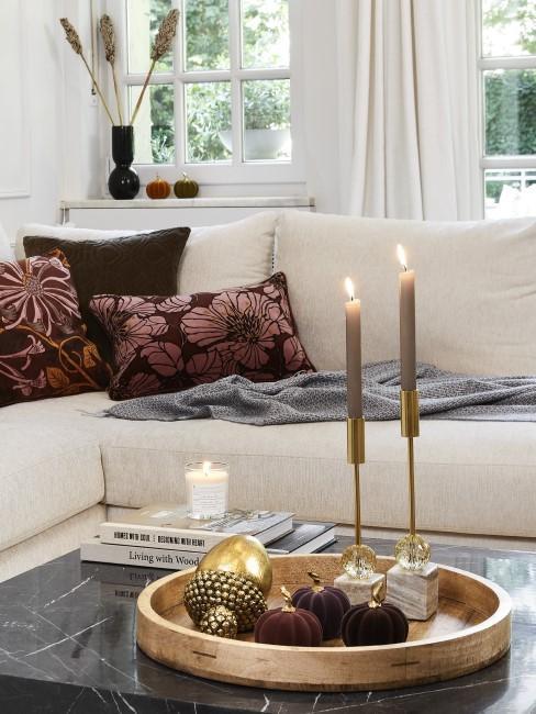 Herbstdeko mit Kerzen auf dem Couchtisch