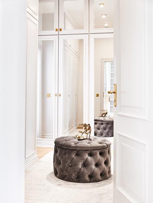 Französische Möbel Pouf im Ankleidezimmer