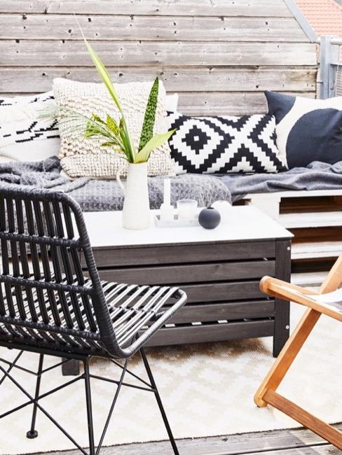 Terrasse mit schwarz weißer Deko