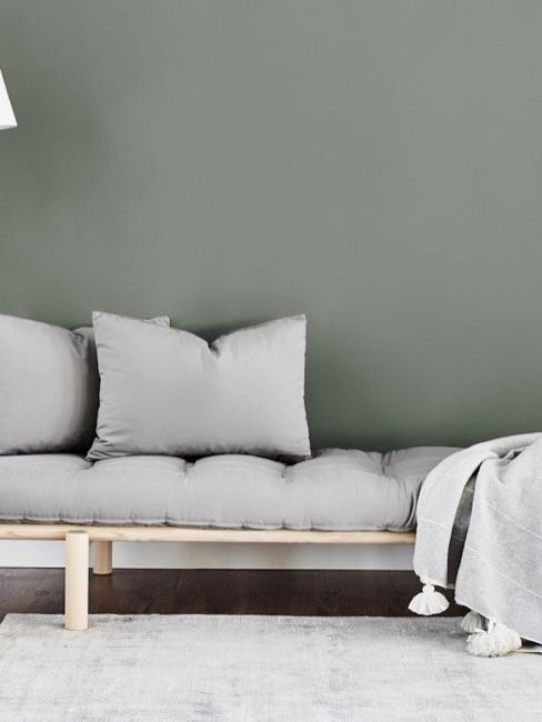 sótano con un sofá cama en color gris