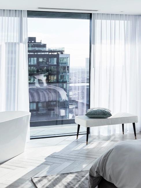 Des rideaux blancs comme décoration de fenêtre et fenêtre xxl
