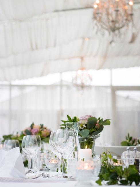 Tafel met bloemrijke decoratie
