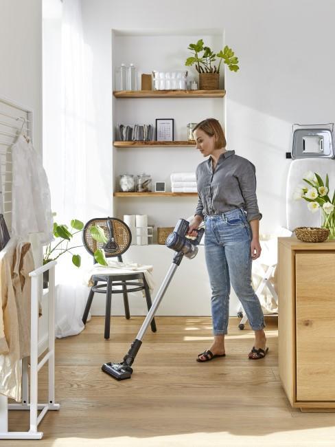 Frau beim Frühjahrsputz in ihrer Wohnung