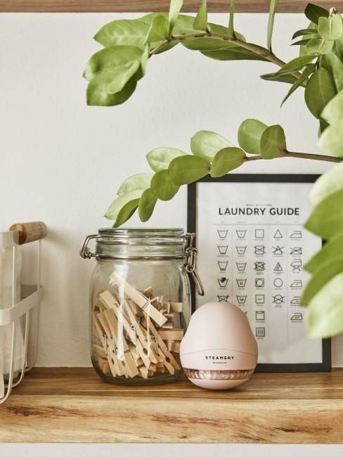 Wäscheklammern fürs Wäsche waschen in einem Glas