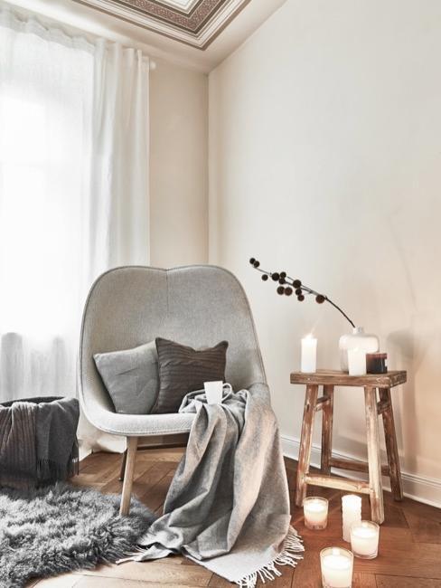 salón de color beige con un sillón moderno gris y textiles grises