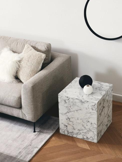 Salotto in design purista con divano beige e tavolino in marmo