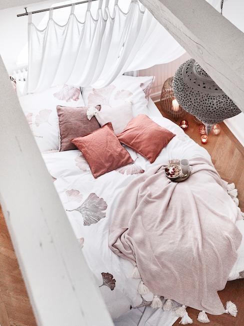 cama blanca en un loft de techo alto